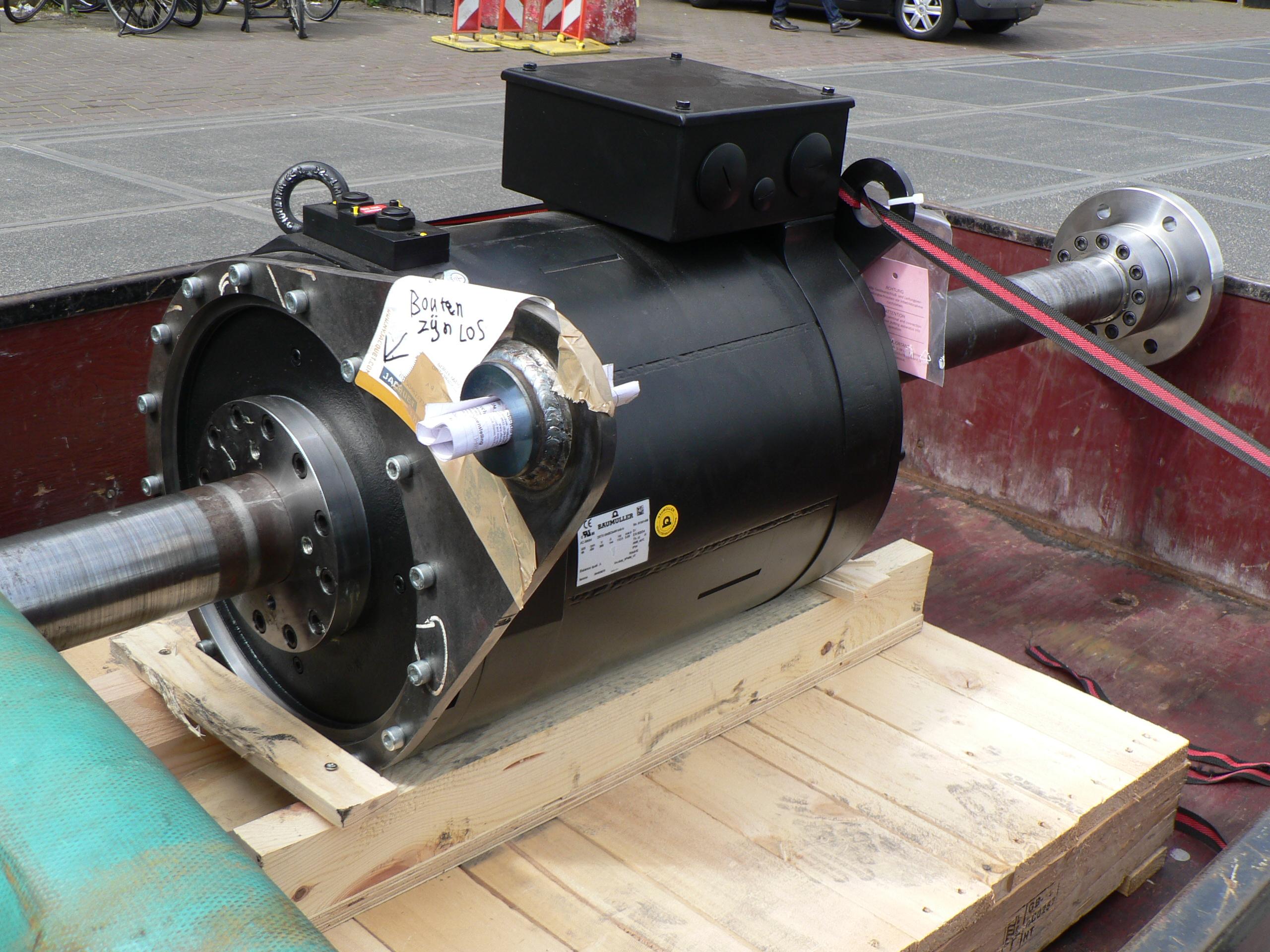 de motor gemonteerd op de as